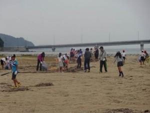 行橋市立今元小学校5,6年生による長井の浜の清掃活動